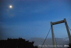 月と歩道橋